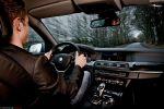 BMW 530d Touring 2011 Test – Innenraum Cockpit Lenkrad mit Fahrer in Fahrt Fahraufnahme