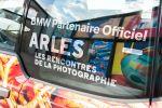 BMW i3 Spaghetti Auto Toilet Paper Klopapier Maurizio Cattelan Pierpaolo Ferrari Rencontres d'Arles Fotoausstellung Skulptur Künstler Kunstwerk Elektroauto Elektromotor E-Maschine Folierung