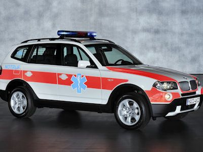 Экстерьер автомобиля выделяют проблесковые маячки и специальная цветографическая схема на кузове.