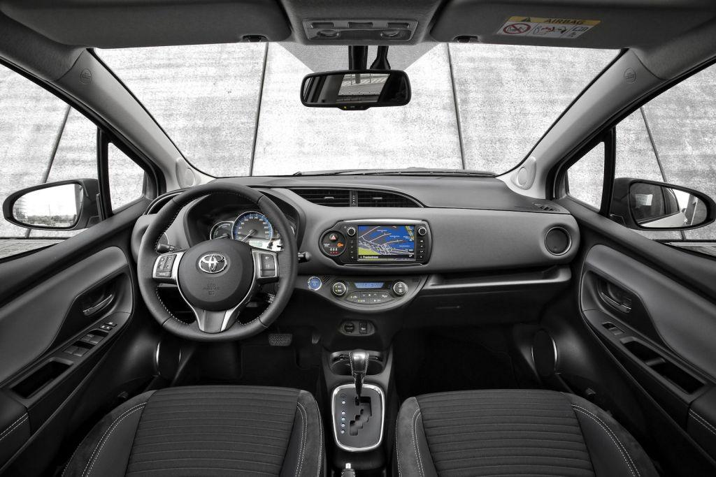 Toyota yaris hybid 2015 test so sparsam l sst er sich for Interieur yaris 2015