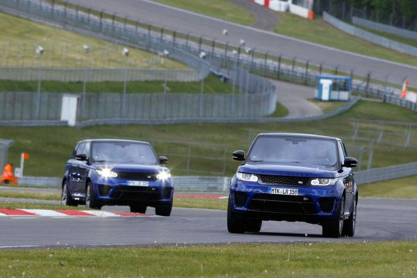 range rover sport svr 2015 test rennstrecke race track land rover v8 supercharged kompressor offroad sportversion, geländewagen performance suv special vehicle operations incontrol smartphone apps terrain response 2 wade sensing probefahrt fahrbericht review verdict front front