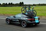 Jaguar F-Type R Coupé Tour de France 2014 V8 Kompressor Team Sky Service Fahrzeug Pinarello Blide TT-Renn-Bikes Fahrradträger Special Vehicle Operations Heck Seite