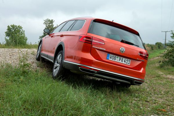 vw volkswagen passat alltrack 2.0 tdi biturbo b8 2016 test variant suv kombi crossover turbodiesel 4motion allrad dsg doppelkupplungsgetriebe head-up-display smartphone wlan internet emergency assist trailer assist ac, dcc park assist kofferraum gepäckraum laderaum, probefahrt fahrbericht review verdict heck