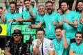 Lewis Hamilton zaubert seinen Mechanikern ein Lächeln auf das Gesicht