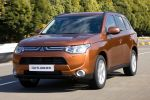 Mitsubishi Outlander 2013 3. Generation 2.0 MIVEC 2.2 DI-D Clean Diesel Plug-in-Hybrid SUV Crossover Offroader Front Seite Ansicht