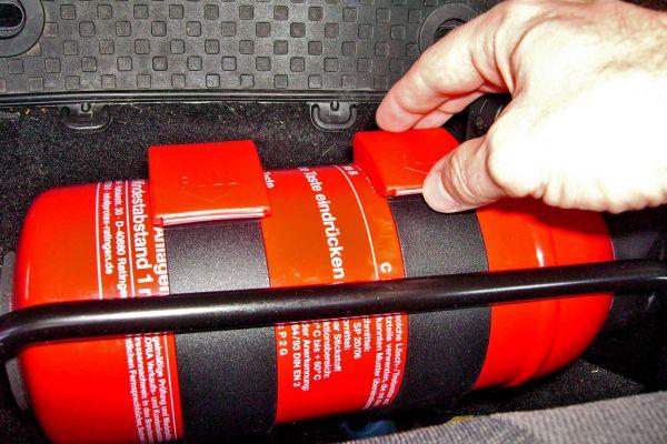 risiko fahrzeugbrand ein feuerl scher sollte im auto. Black Bedroom Furniture Sets. Home Design Ideas