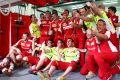 Sebastian Vettel hat seinen ersten Ferrari-Sieg mit den Mechanikern gefeiert