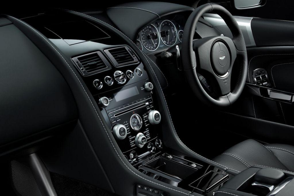Aston martin db9 carbon black quantum silver sportlich for Aston martin db9 interior
