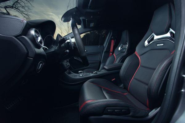 Mercedes-Benz GLA 45 AMG Test - Innenraum Sitze Schalensitze Performance rote Nähte