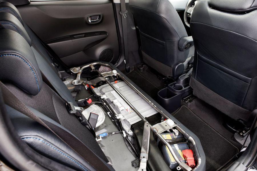 Wichtige Plus An Raum Toyota Integrierte Beim Yaris Hybrid Die Batterie Unter Der Ruecksitzbank X on Lexus Hybrid Battery Location